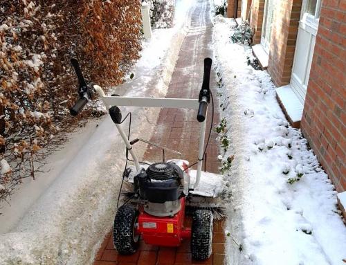Schneeräumung mit Kehrbesen