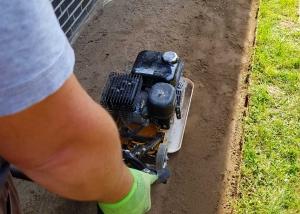Boden verdichten mit einer Rüttelplatte