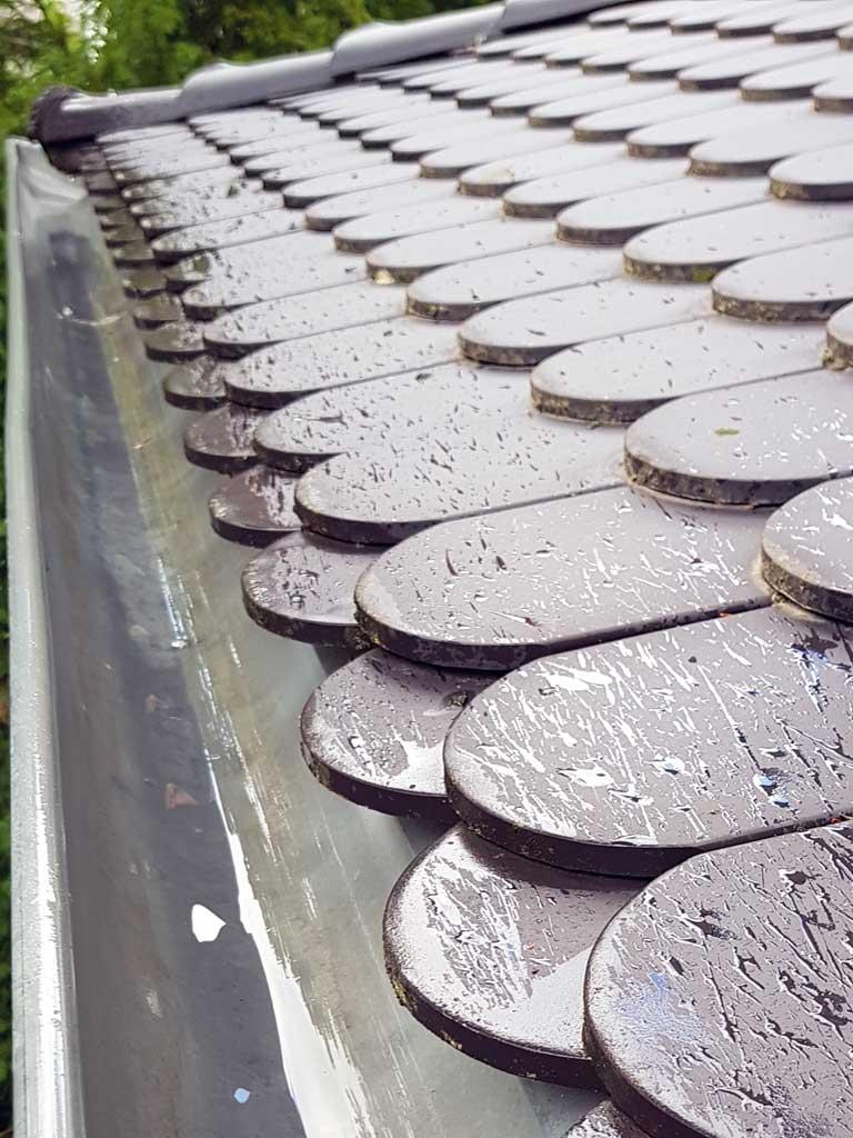 Eine saubere Angelegenheit: Frisch gespülte Regenrinne