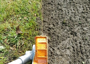 Rasenkanten schneiden mit einem Kantenschneider der Marke Stihl
