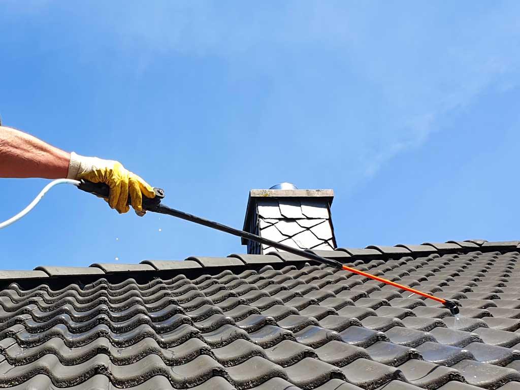 Dachimprägnierung nach einer Dachreinigung für weniger Reibungsfläche und wasserabweisende Oberfläche