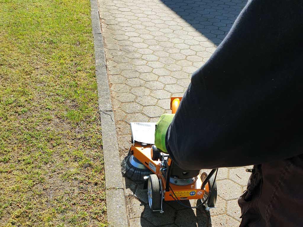 Professionelle Unkrautentfernung mit motorisierten Wildkrautentferner von AS in Hamburg.