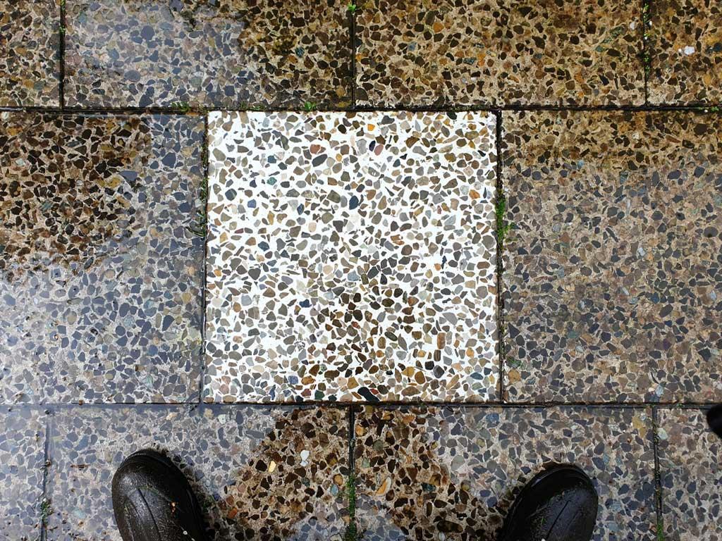 Steinreinigung Unterschied zwischen sauber und schmutzig nach einer Terrasenreinigung