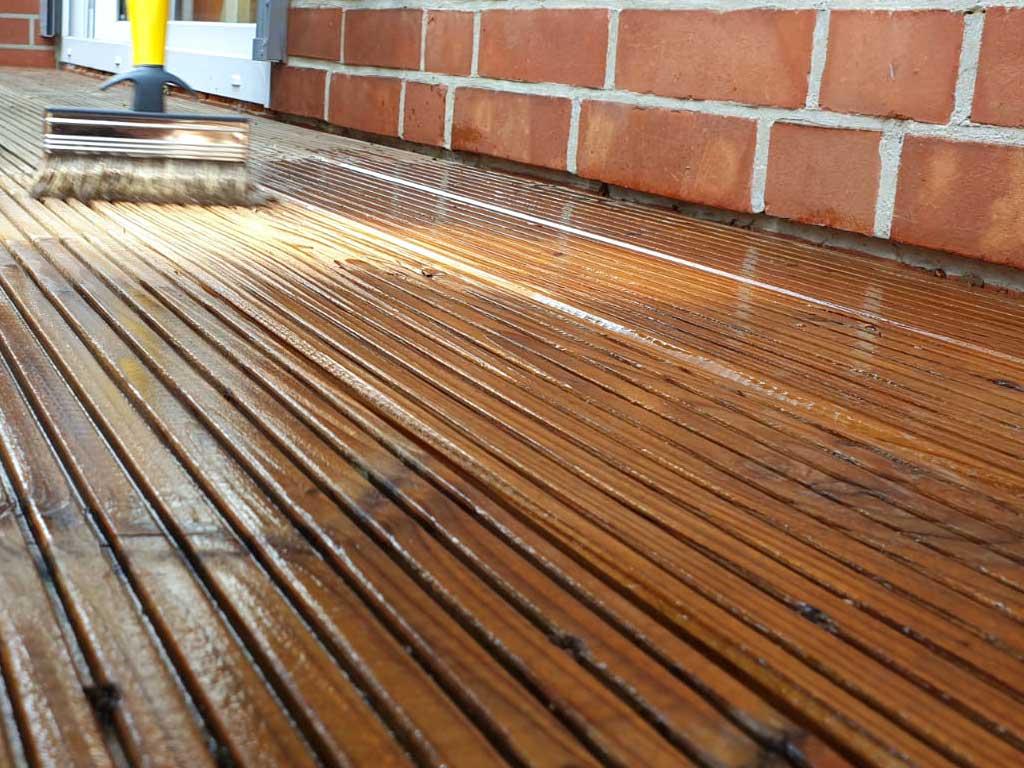 Terrassenpflege mit Osmo Terrassen-Öl zum Schutz und zur Pflege von Nadel- und Edelhölzern